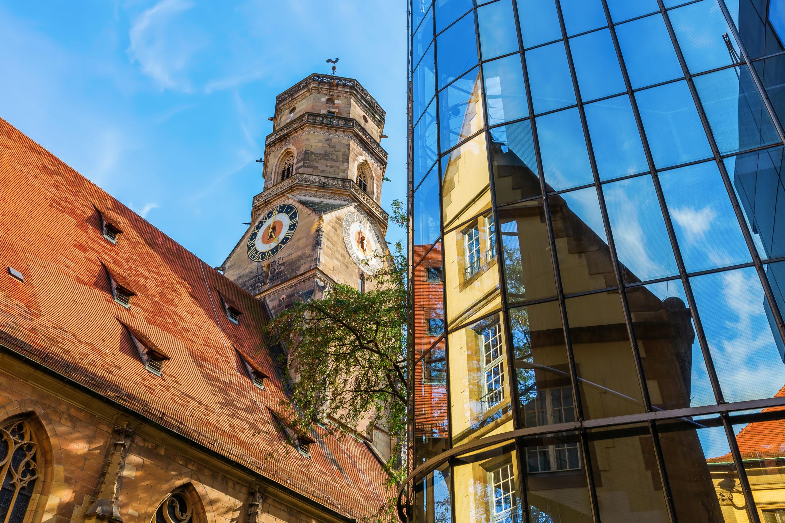 Stiftskirche in Stuttgart an einem schönen sonnigen Tag aus Froschperspektive