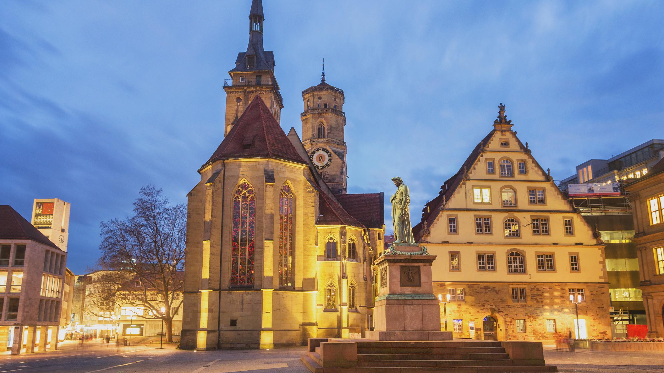 Eine Nachtaufnahme vom Schillerplatz in Stuttgart