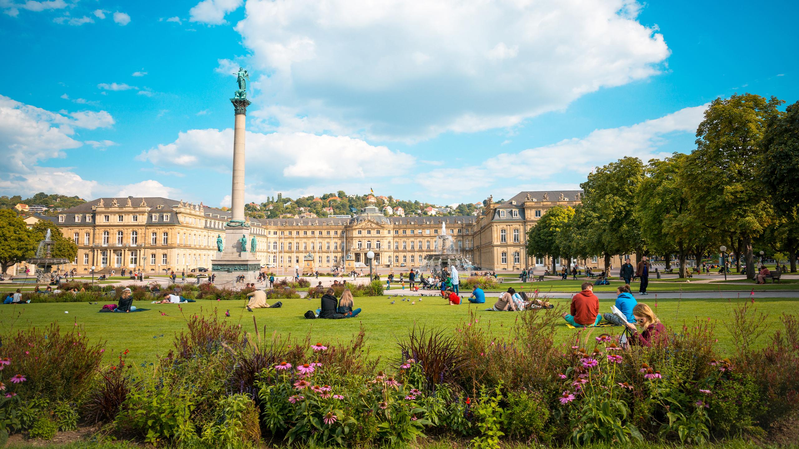 Stuttgart Schlossplatz an einem schönen Herbsttag - ein beliebter Treffpunkt